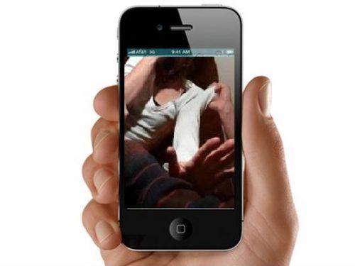 Riprendere con il telefonino uno stupro configura il delitto di violenza sessuale di gruppo